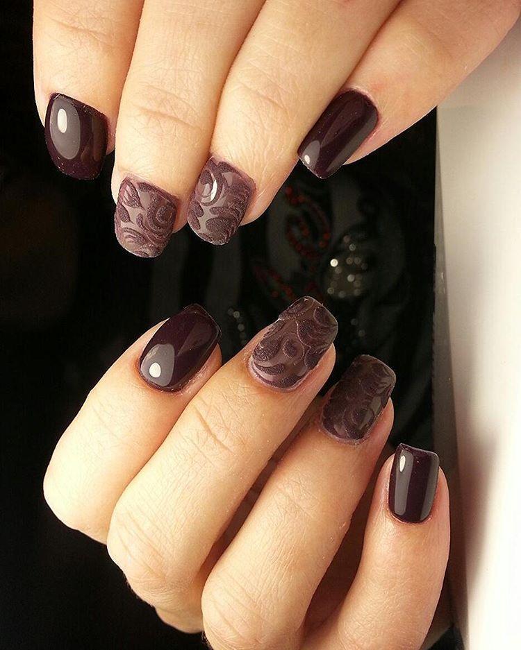 Темные ногти с бархатным рисунком
