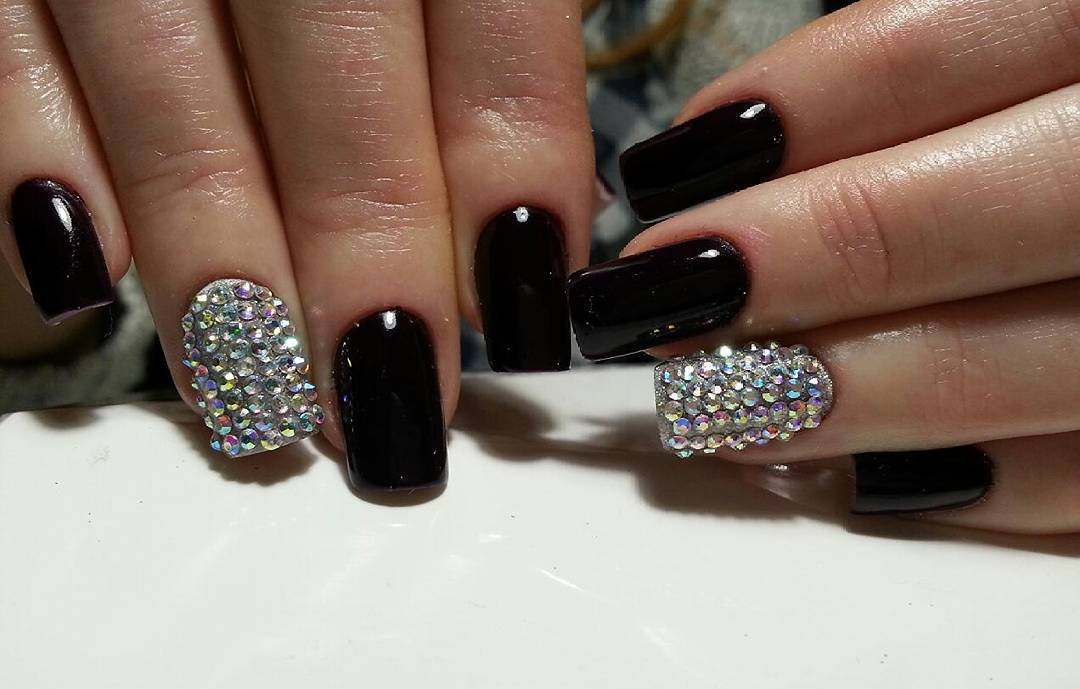 Чёрные ногти фото со стразами