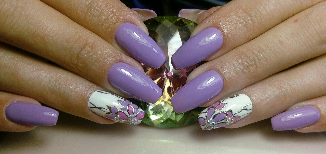 Великолепные цветы лилового цвета на длинных ногтях