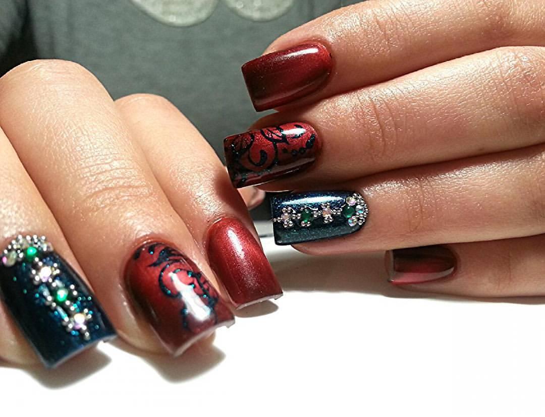 Необычные вишневые ногти с рисунком и стразами