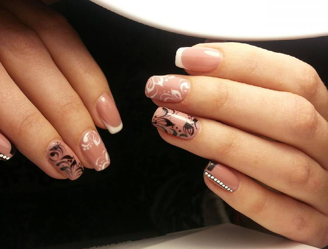 Нежный рисунок лепестков на ногтях
