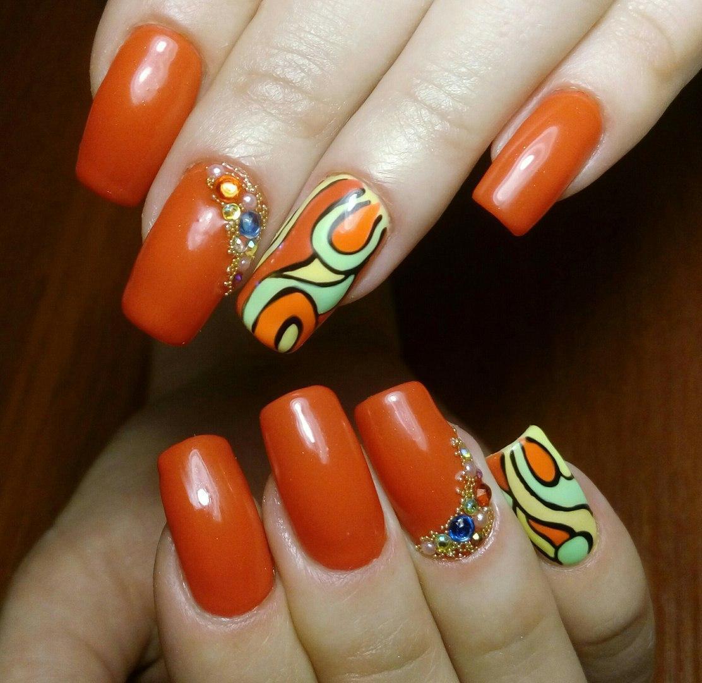Морковные ногти с разноцветными камушками