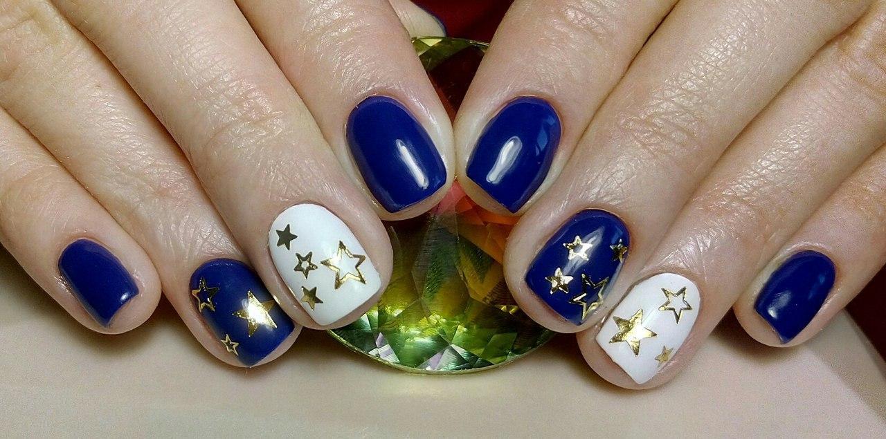 Звёзды на ногтях с синим гель-лаком