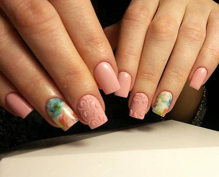 Бархатные волны на ногтях розового цвета