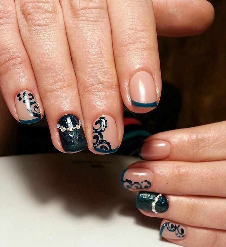 Чёрные завитушки на ногтях