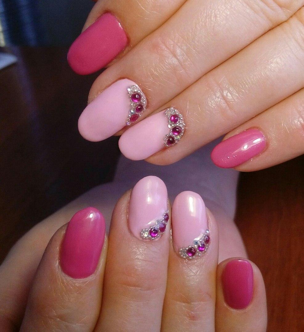 Нежный розовый гель-лак со стразами и бульонками