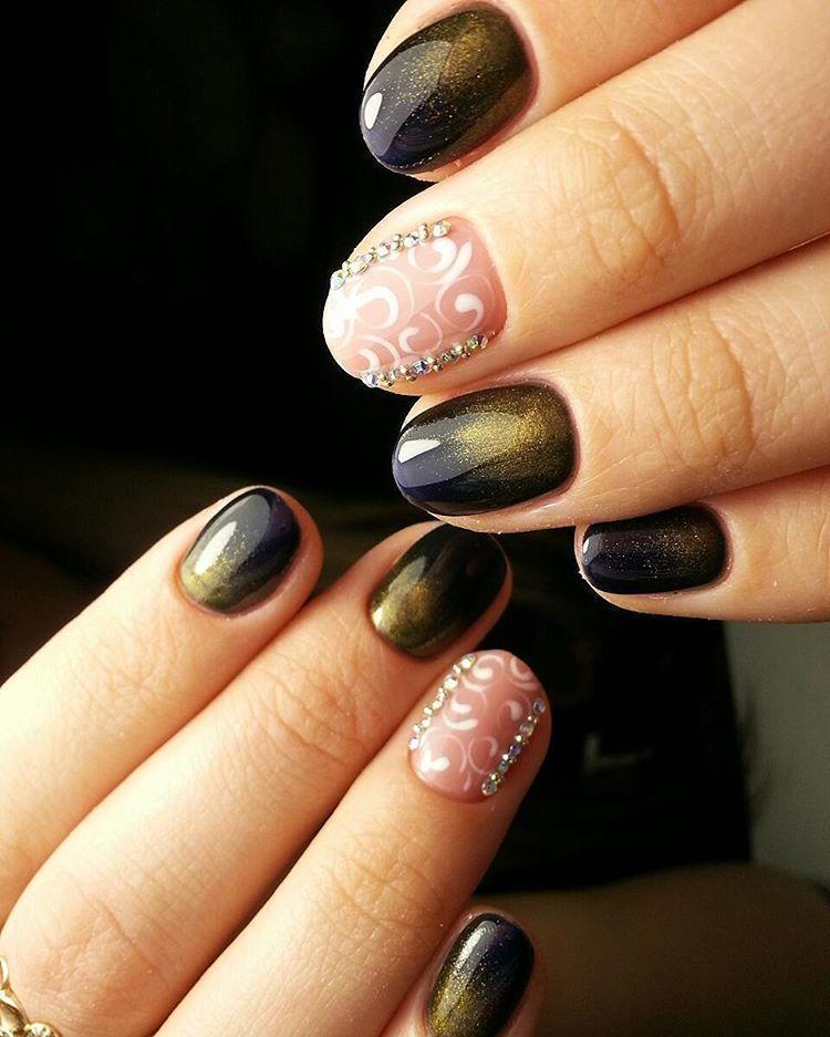Темные ногти с блестками и белыми узорами