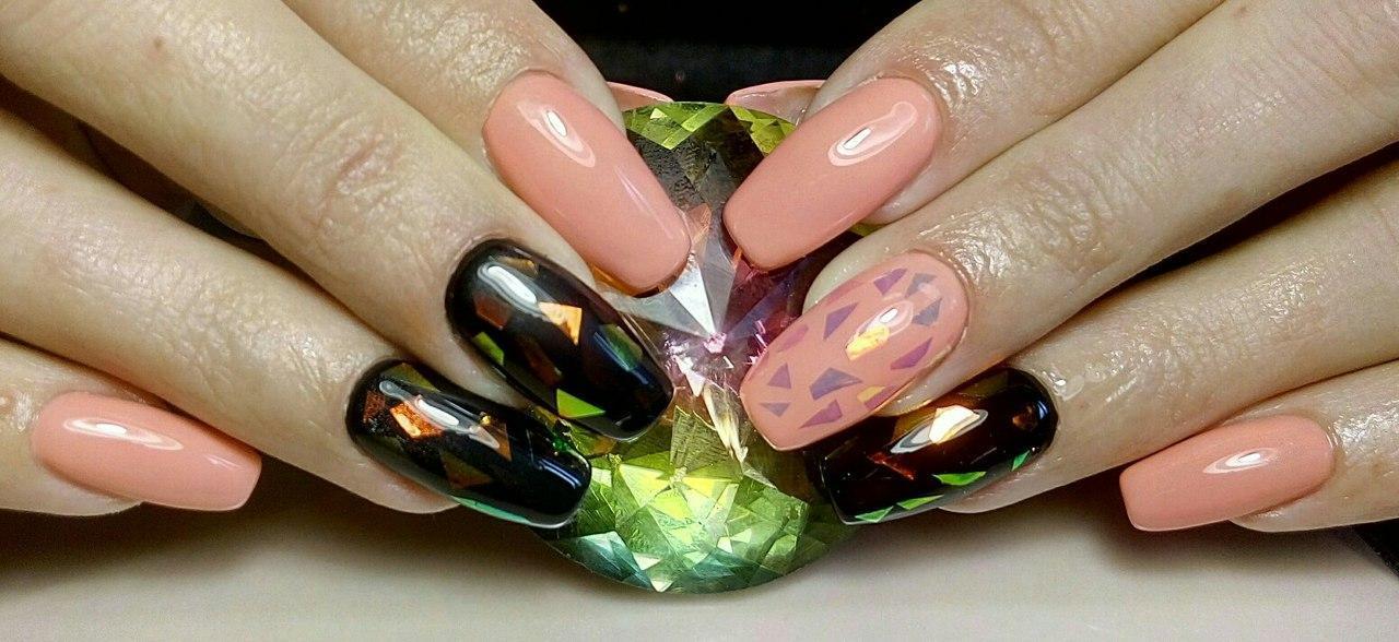 Битое стекло на длинных ногтях