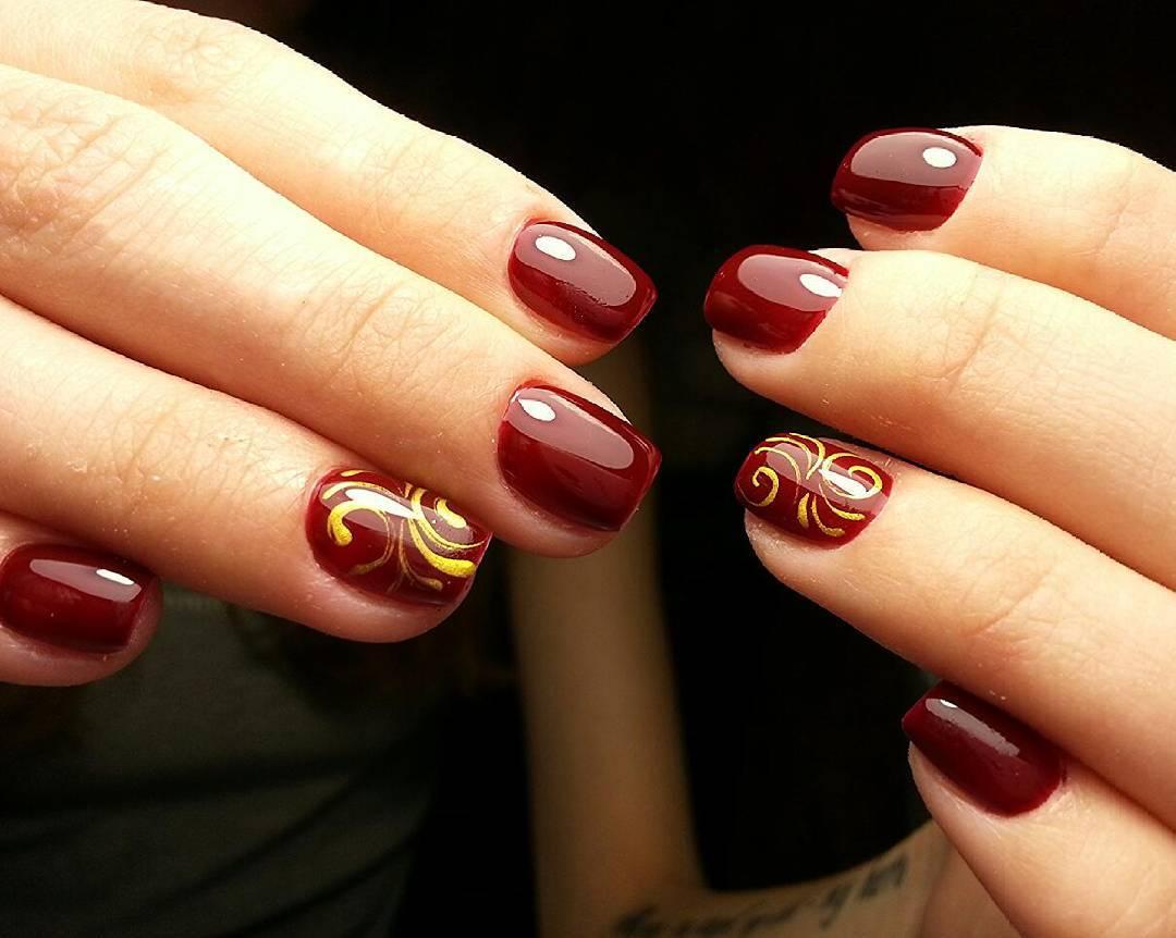 Бесподобные ногти бордового цвета с золотым узором