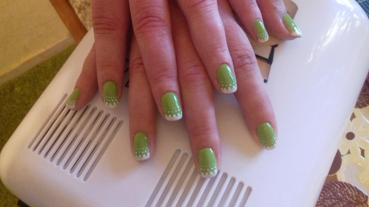 Белый френч на зеленом фоне