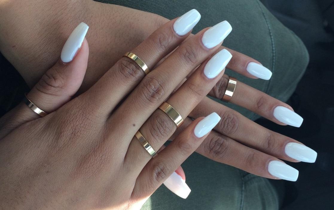 Милый белый маникюр на длинные ногти