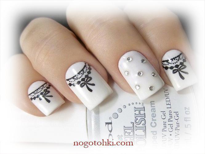 Белые ногти с росписью и стразами