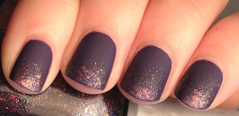 Фиолетовый матовый маникюр с блестками