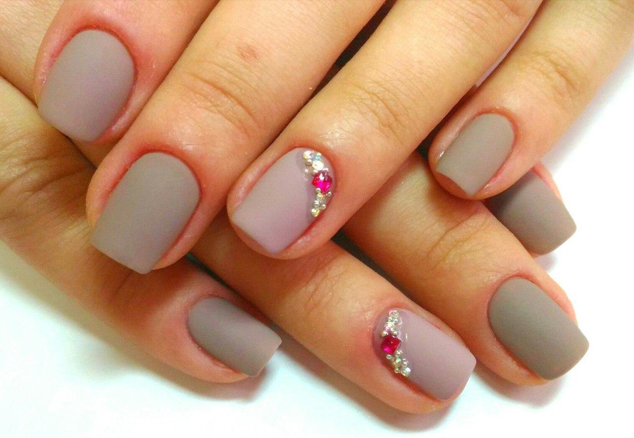 Матовые ногти с цветными стразами