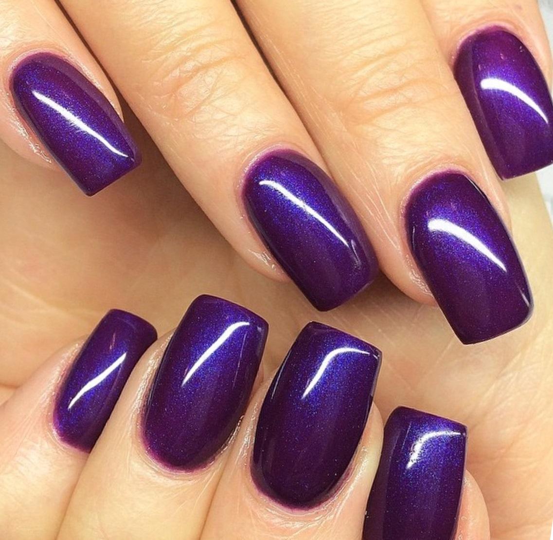 Голографический фиолетовый маникюр на длинные ногти
