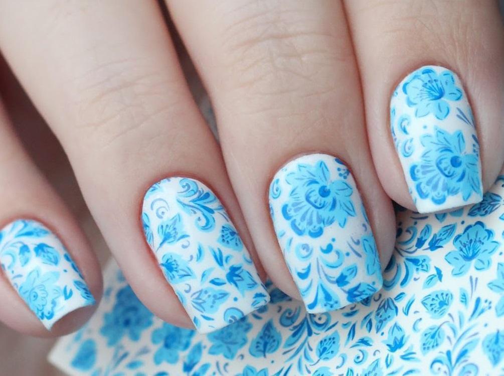 Великолепный голубой слайдер-маникюр