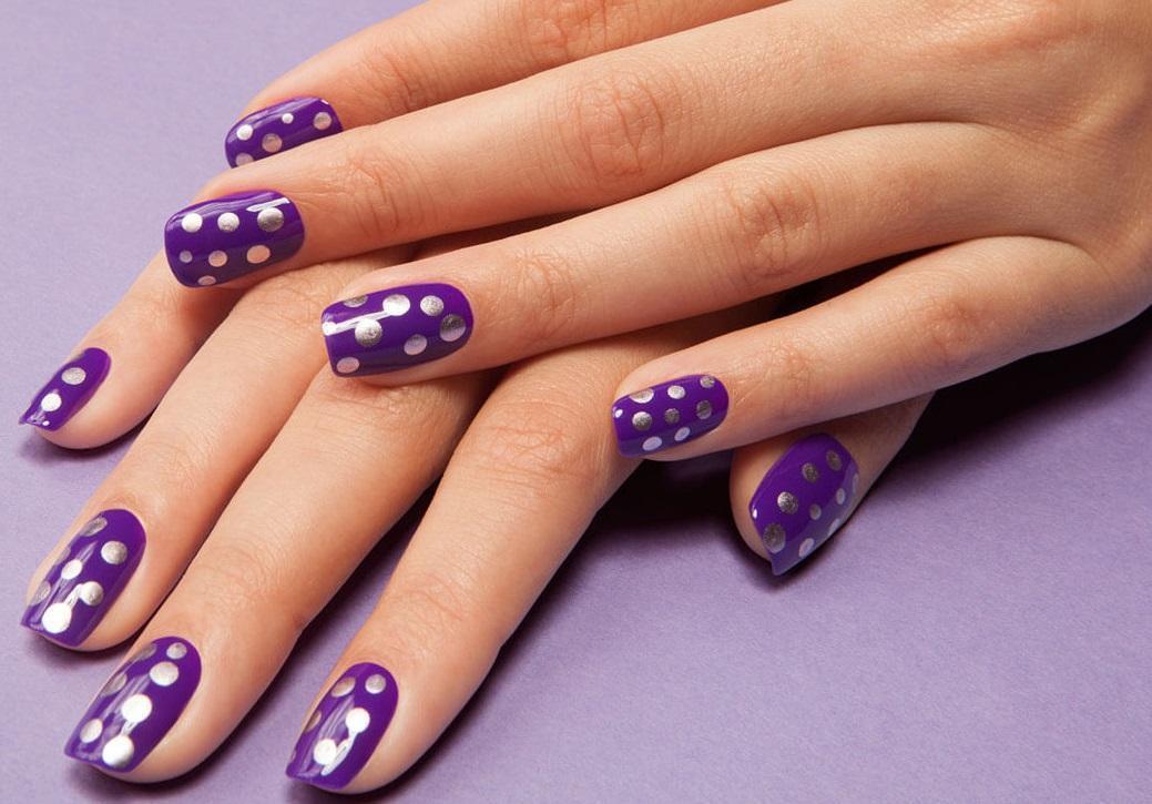 Серебряный «горох» на фиолетовых ногтях