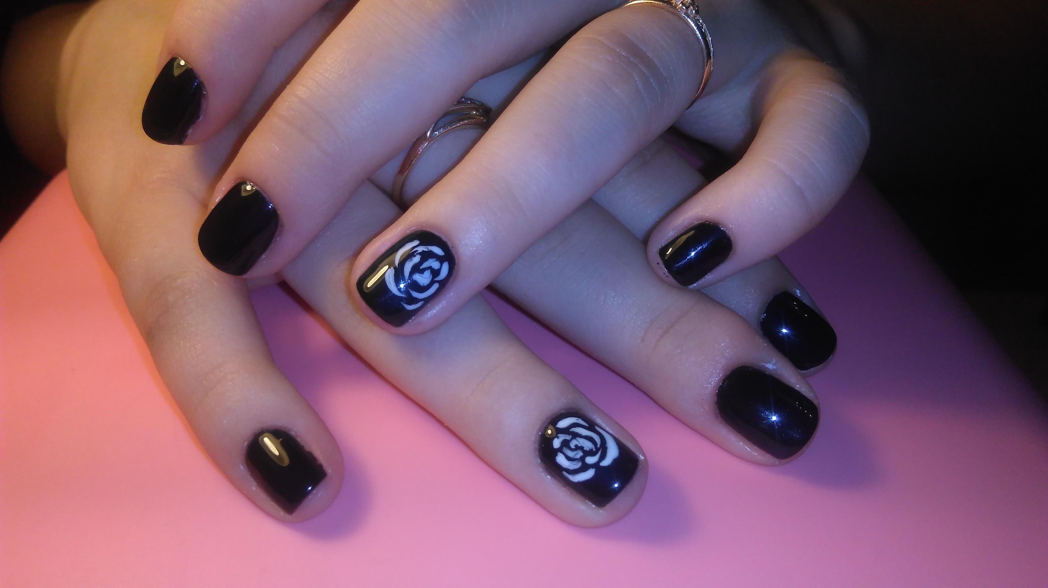 Белые розы на черных ногтях