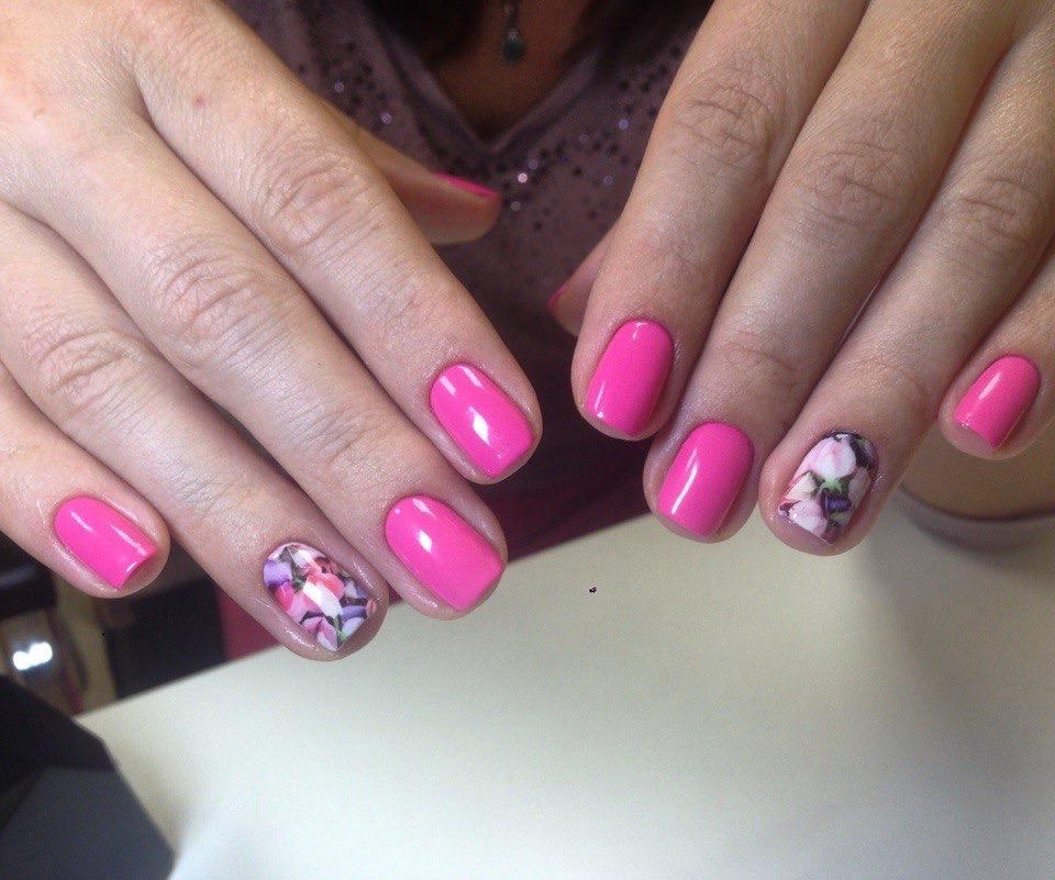 Розовый маникюр с мозаикой