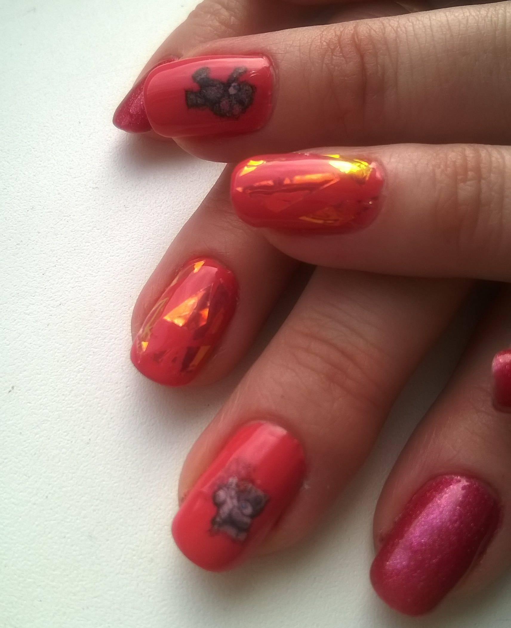Слайдер и битое стекло на красных ногтях