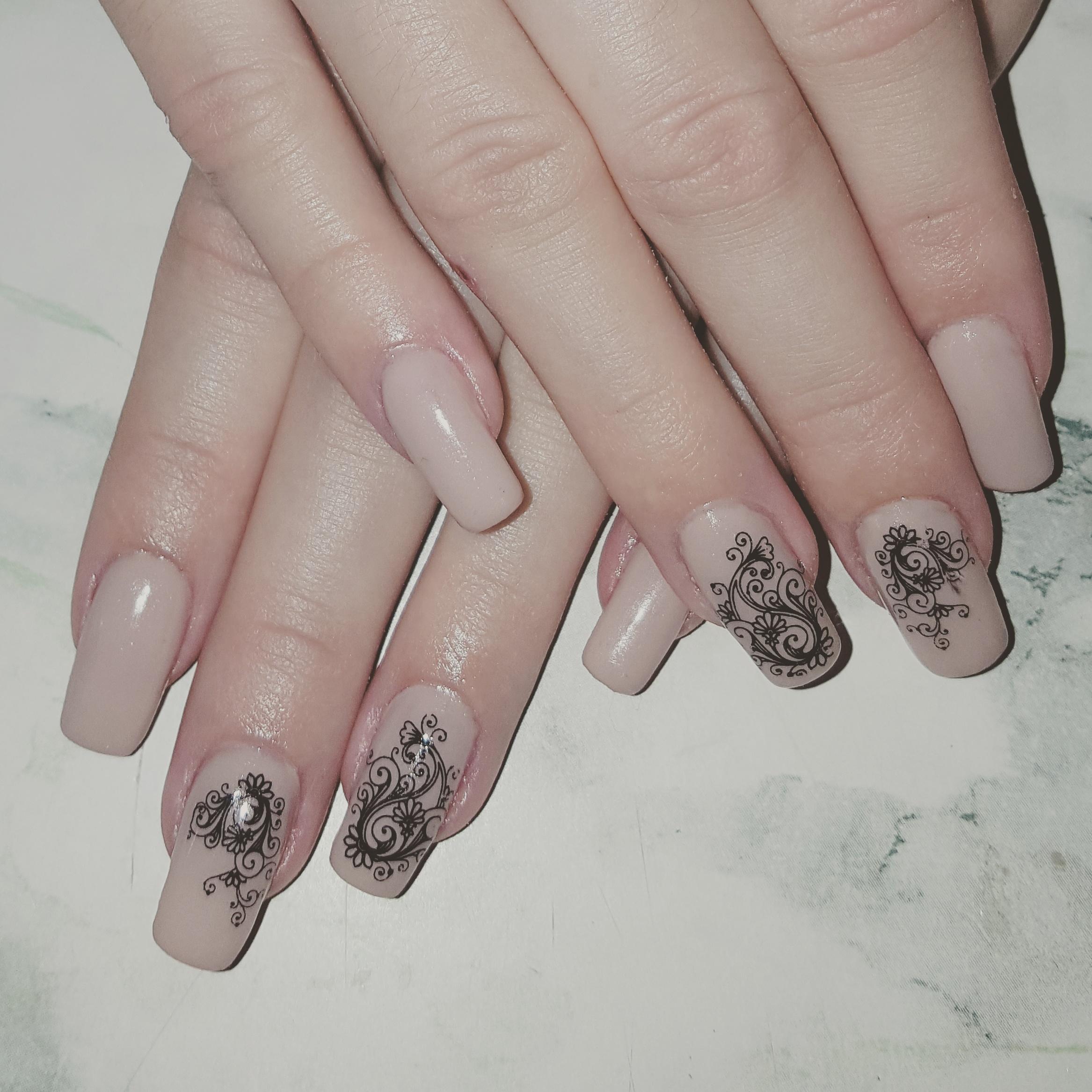 Ажурный стемпинг-узор для длинных ногтей