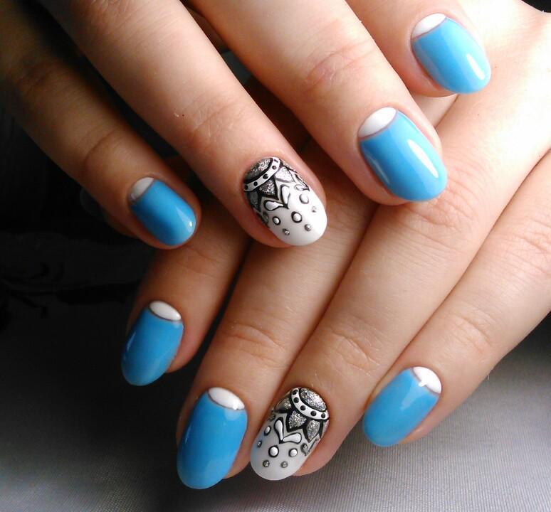 Серебряные узоры и лунный френч на голубом
