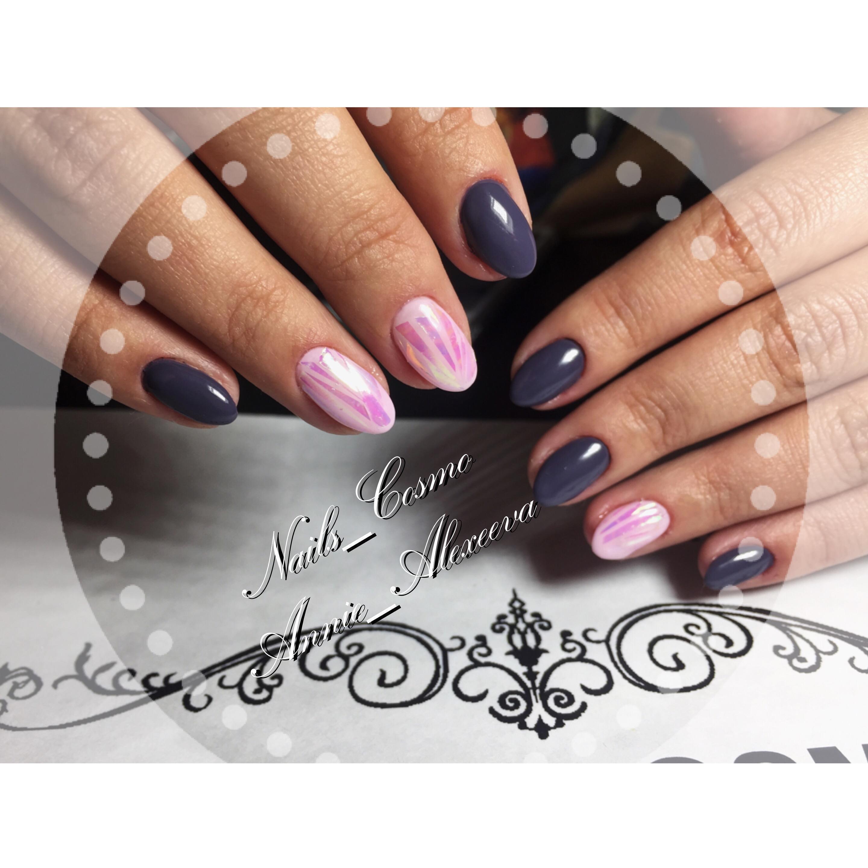 Розовое «битое стекло» и темные ногти