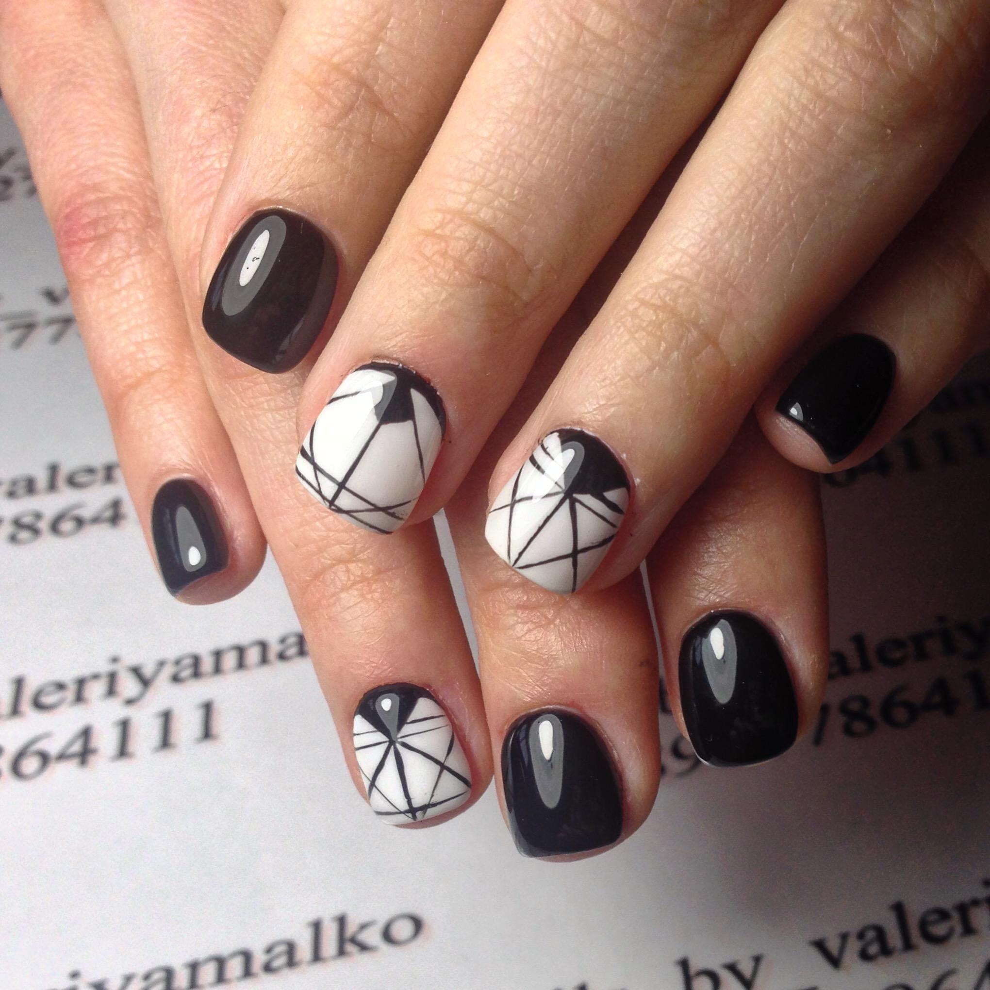 Черно-белая геометрия на коротких ногтях