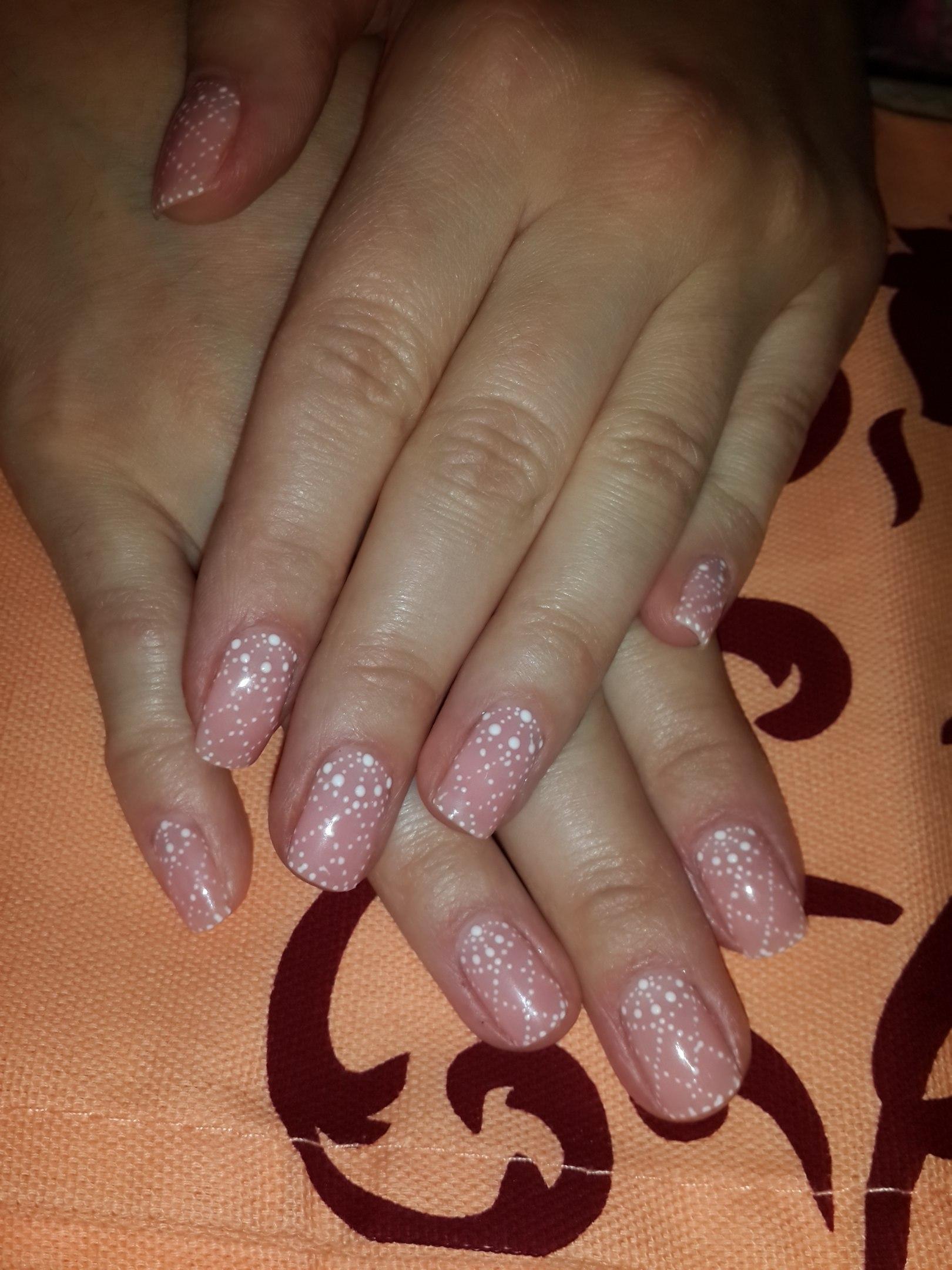 Точечные узоры на розовых ногтях