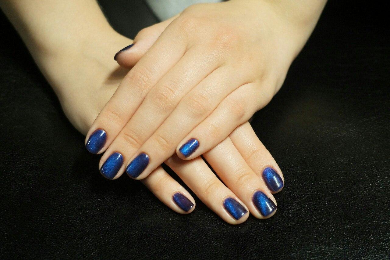 Магнитный маникюр в синем цвете