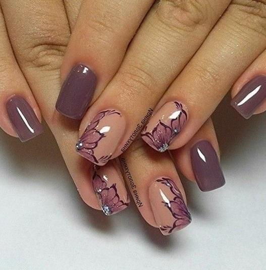 Симметричные узоры на фиолетовых ногтях