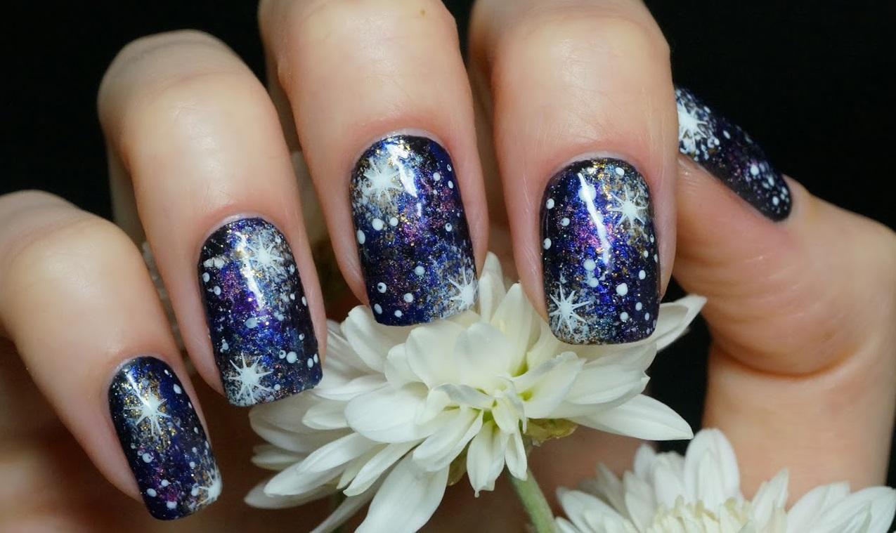Фиолетовая галактика со звездами на ногтях