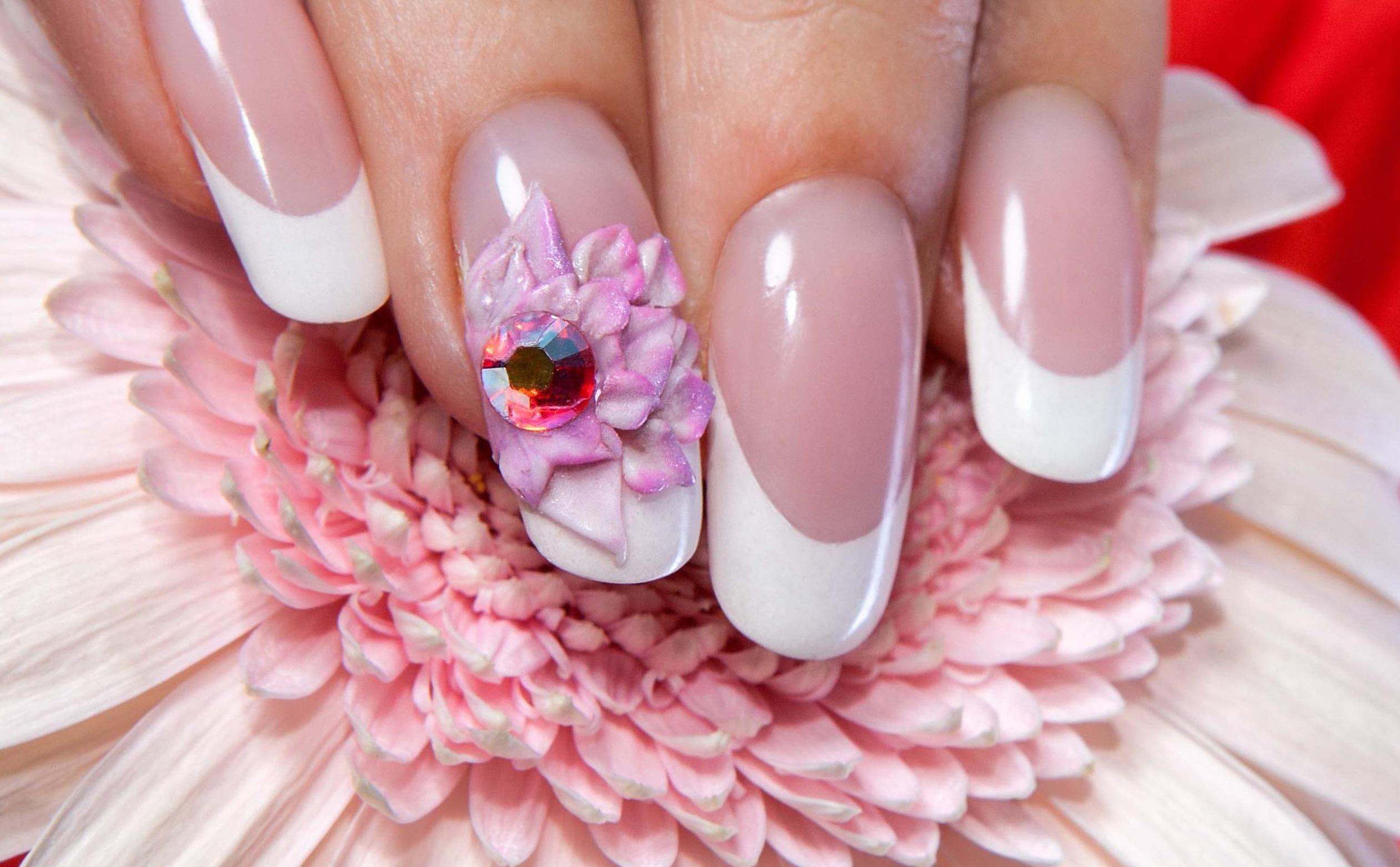 Фиолетовый цветок на длинных ногтях