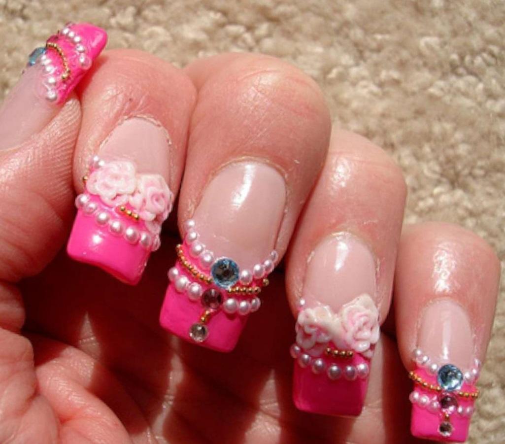 Яркие розовые ногти с лепкой и украшениями