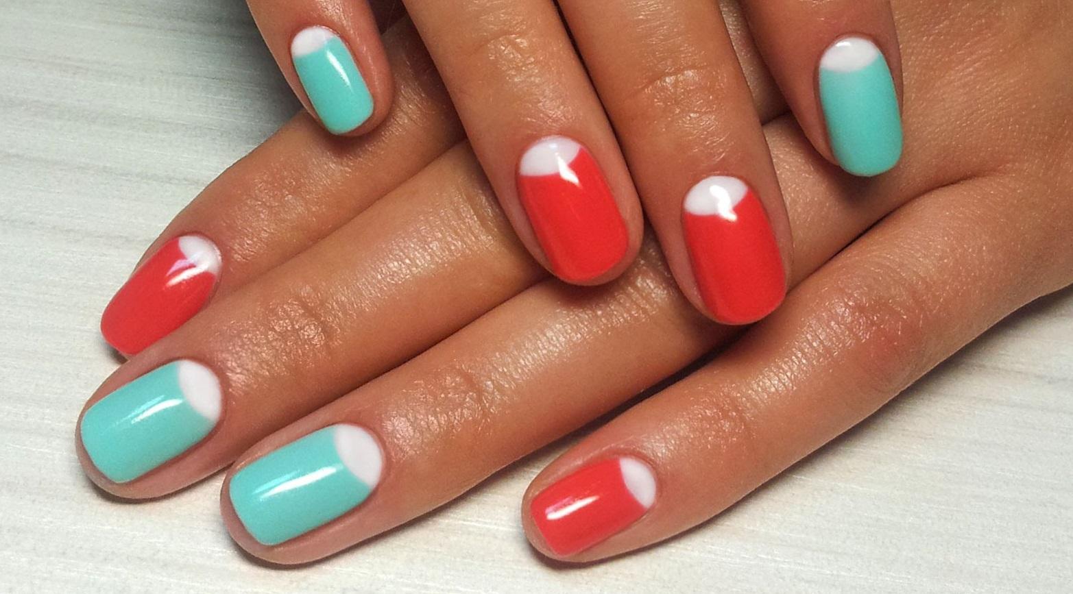 Лунный френч на ногтях красного и мятного цвета