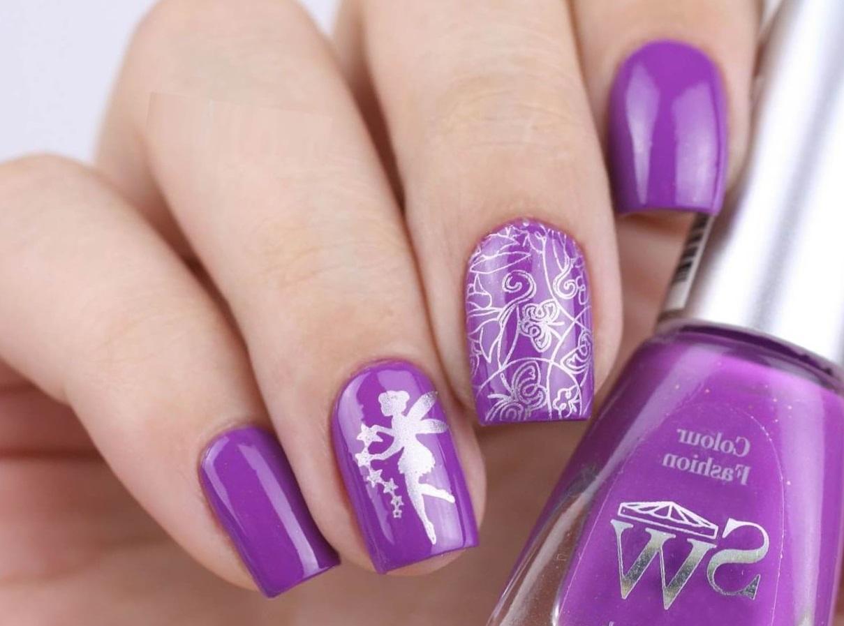 Серебряный слайдер на фиолетовых ногтях