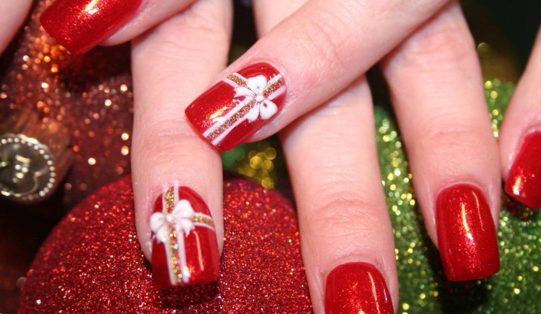 Красный новогодний маникюр «с подарками»