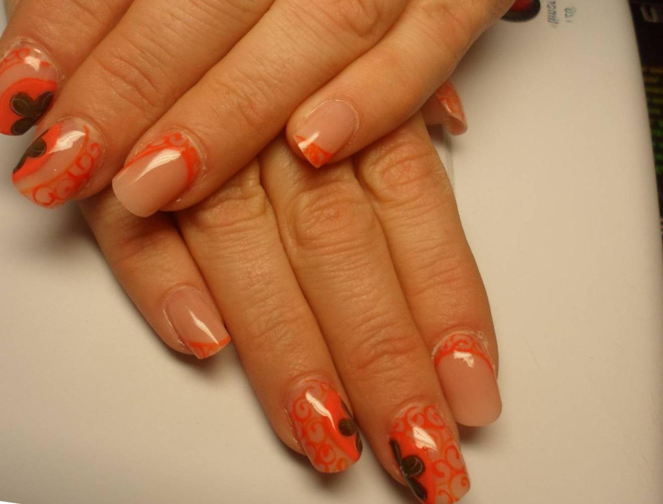 Ажурные оранжевые узоры для летних ногтей
