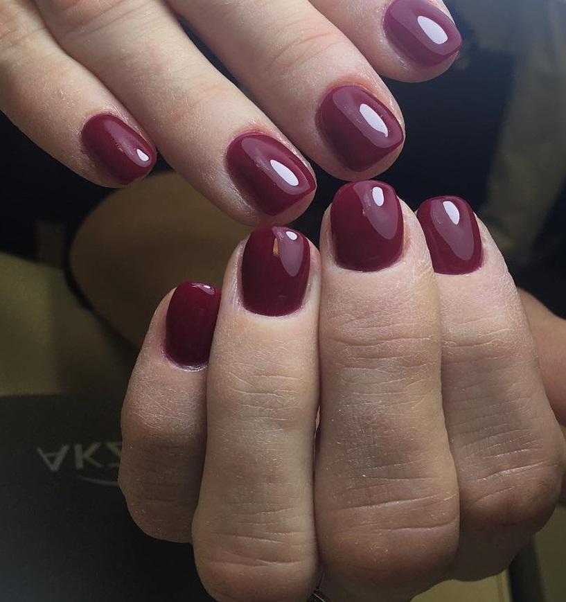 Простой бордовый маникюр для коротких ногтей