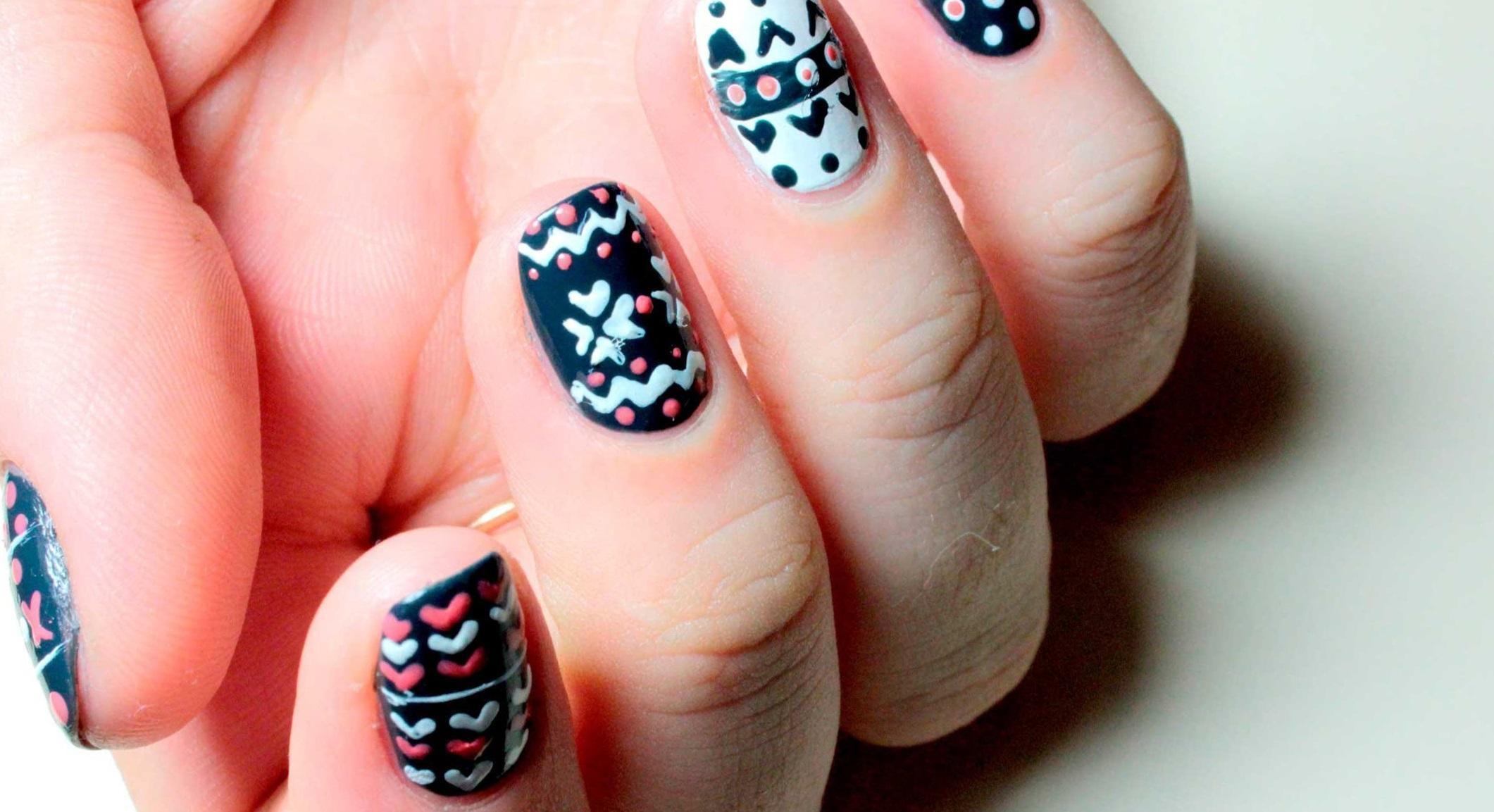 Разноцветные вязаные узоры на ногтях