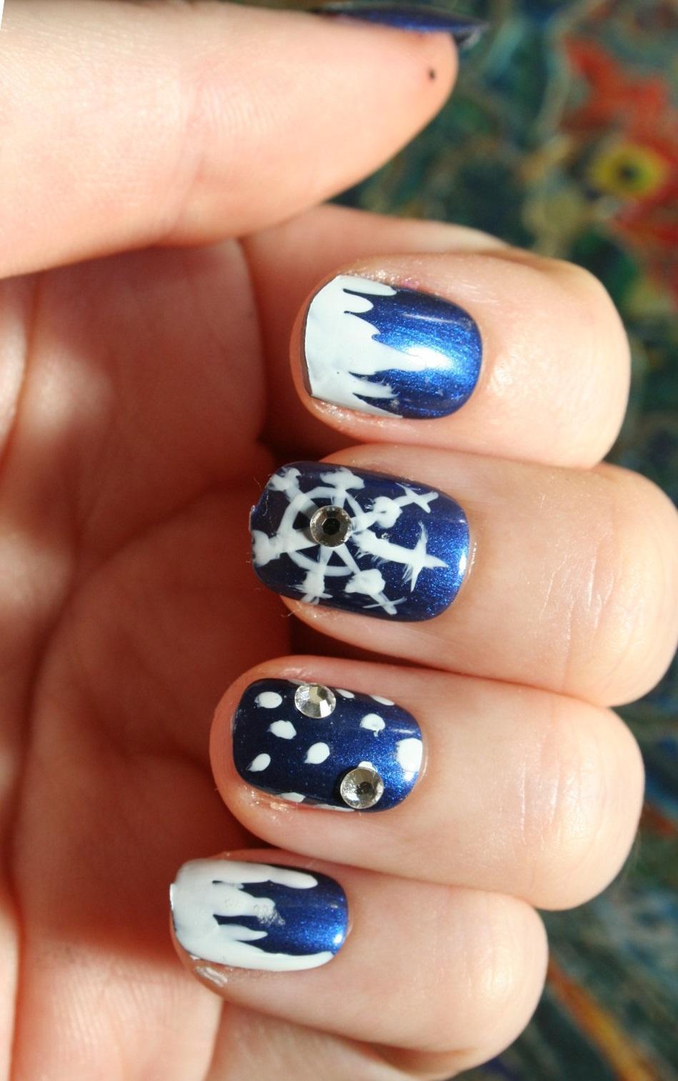 Простая роспись для синих ногтей