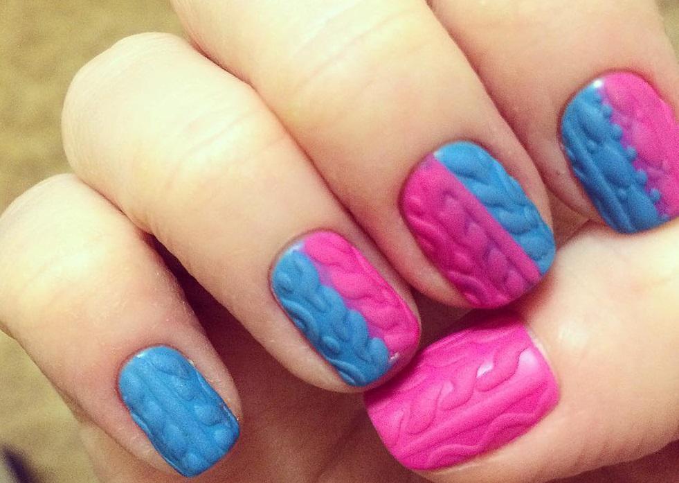 Розово-голубая вязка на ногтях