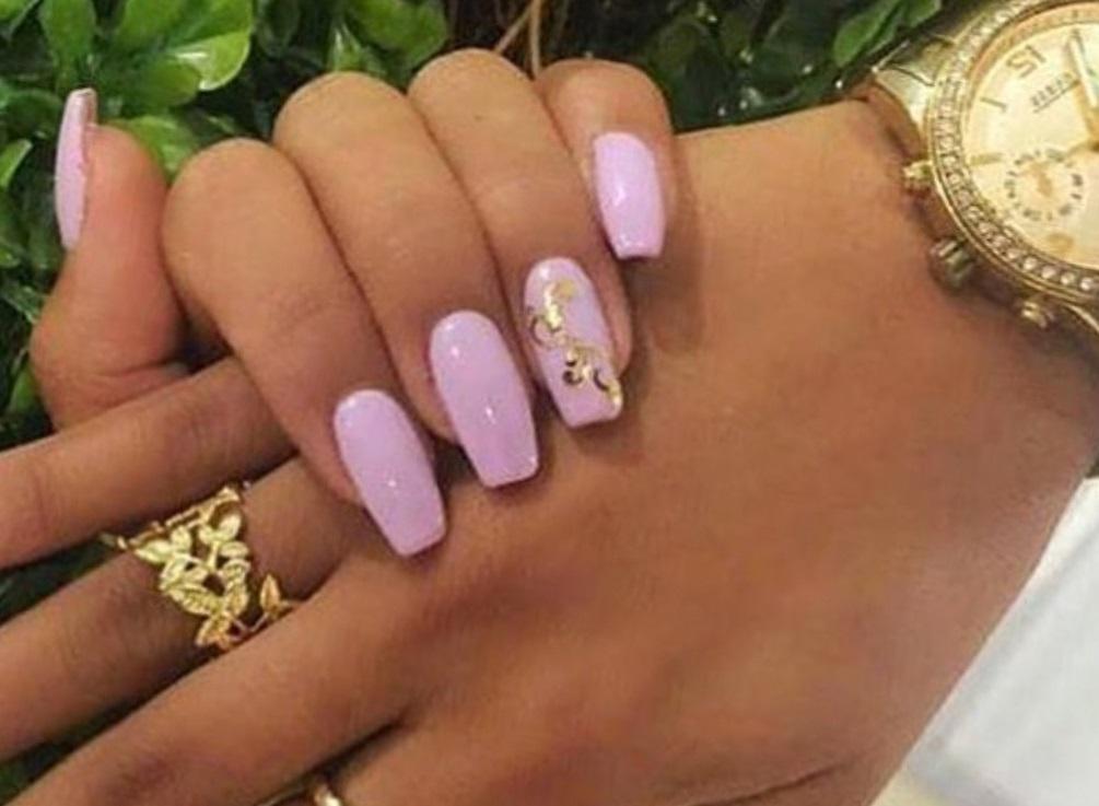 Сиреневые ногти с узором из фольги