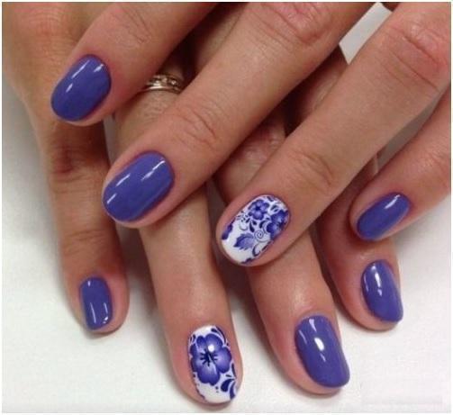 Красивые цветочки на синем маникюре