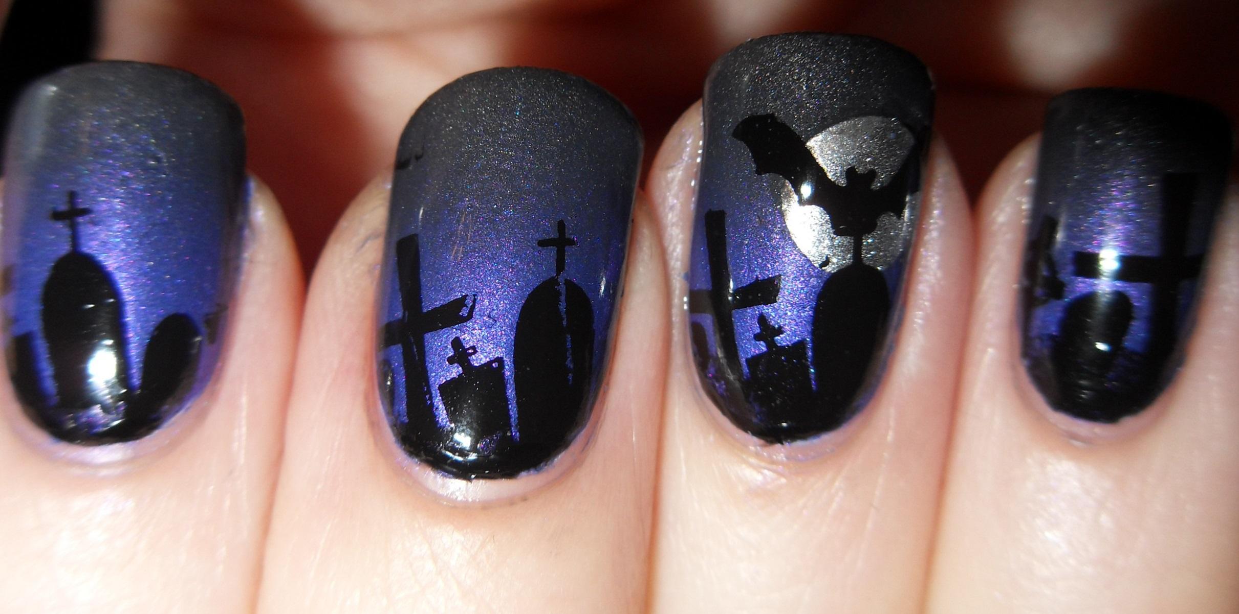 Жуткий синий маникюр для Хэллоуина