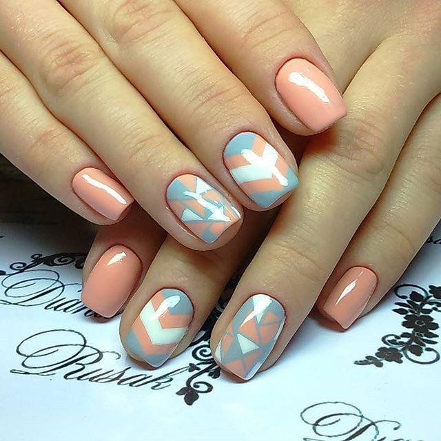 Пастельная геометрия на розовых ногтях