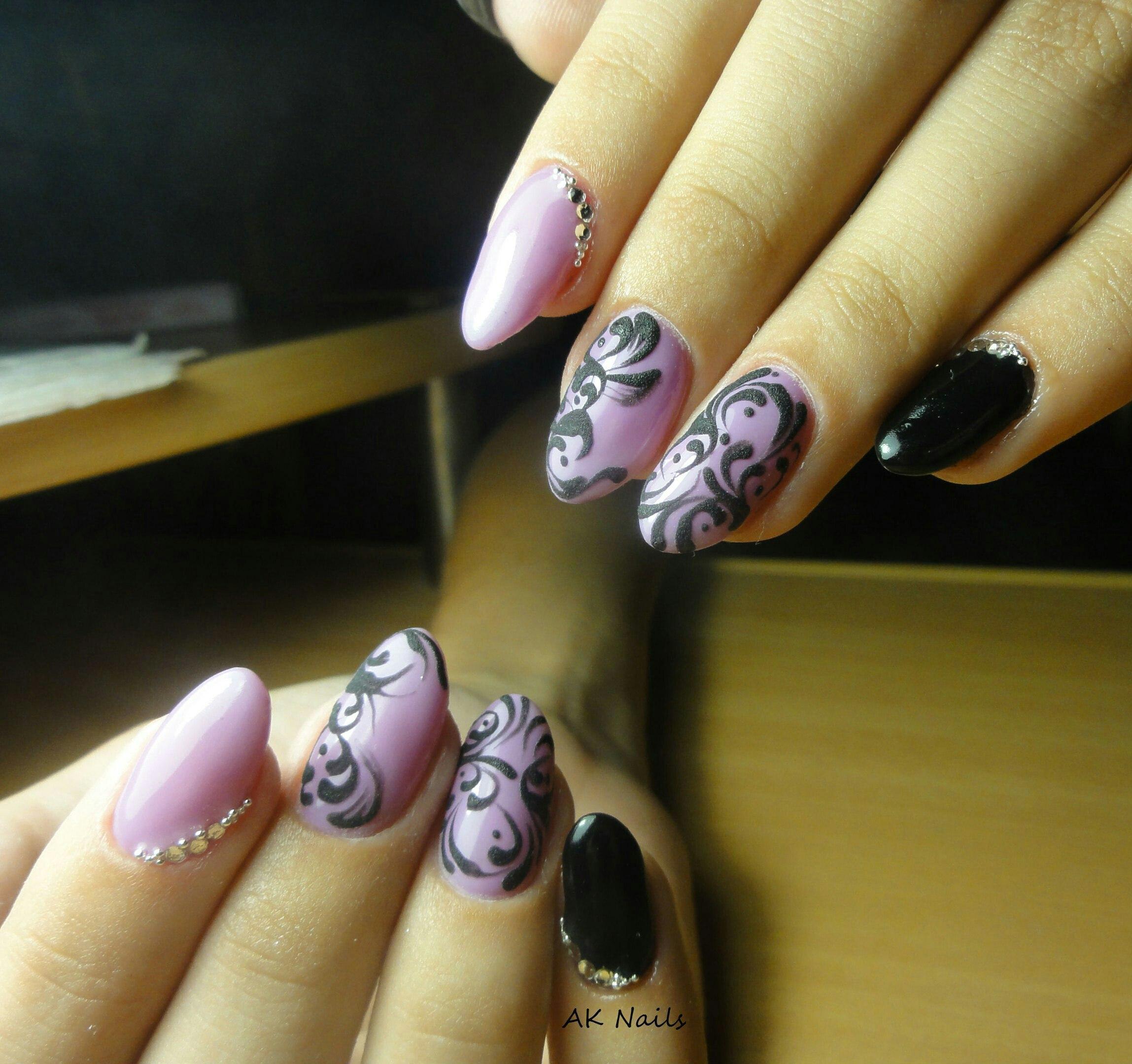 Матовая роспись на фиолетовых ногтях
