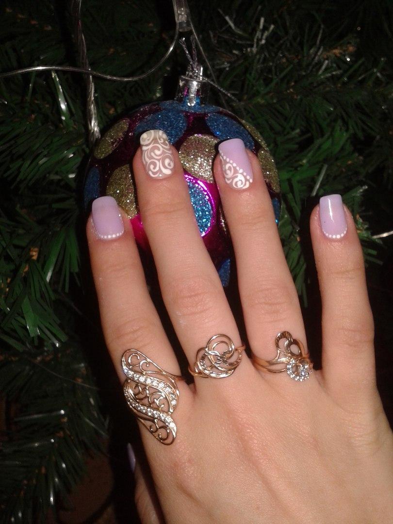 Сиреневые ногти с нежными узорами
