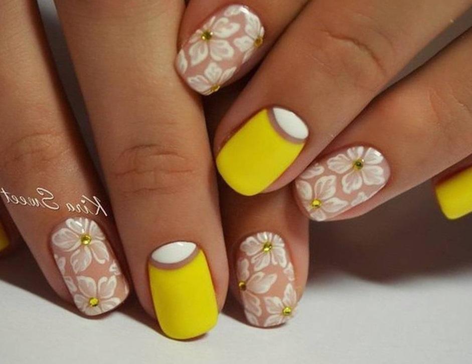 Желтый маникюр с лунным френчем и цветами