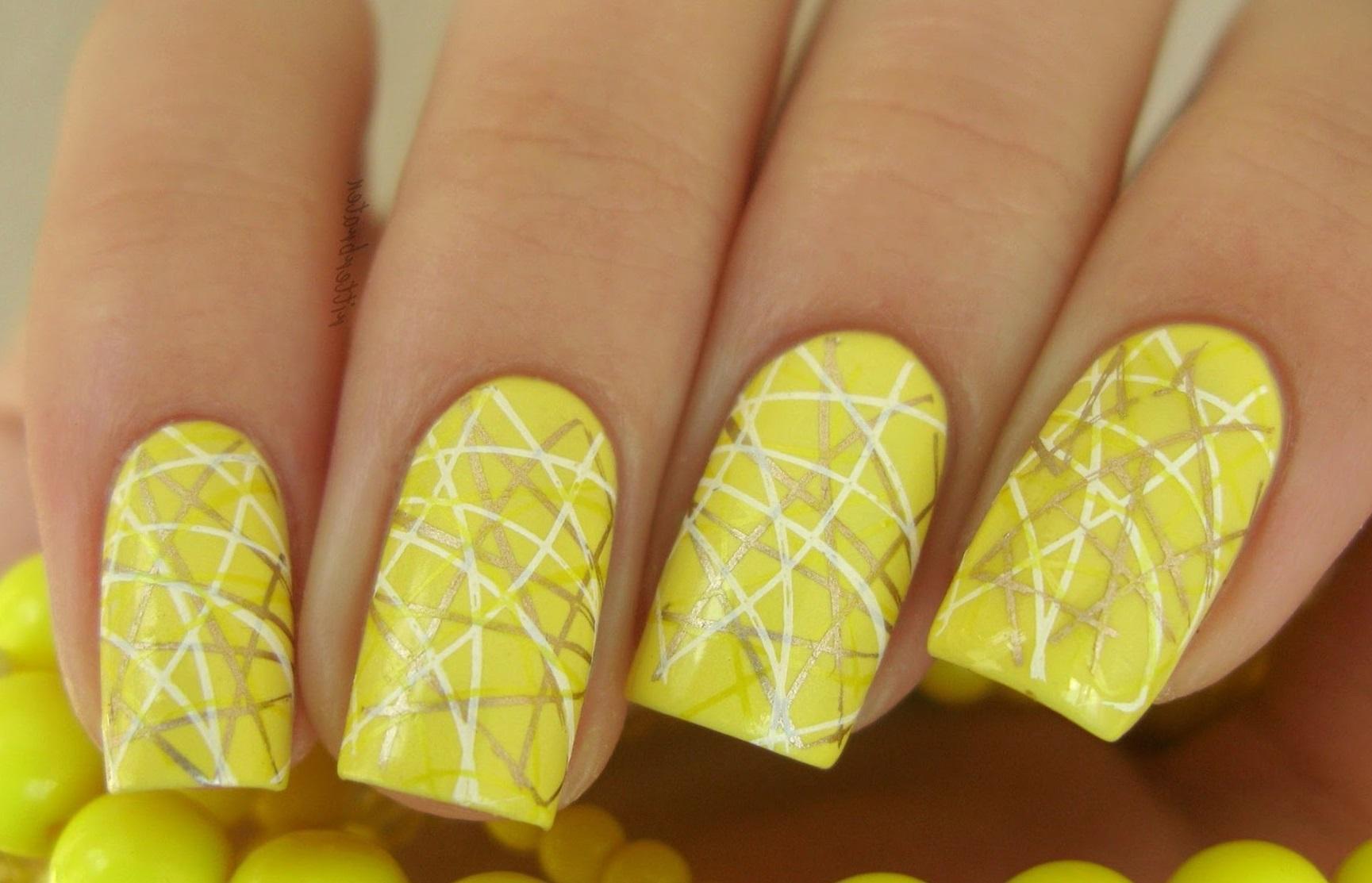 Желтый маникюр с линиями